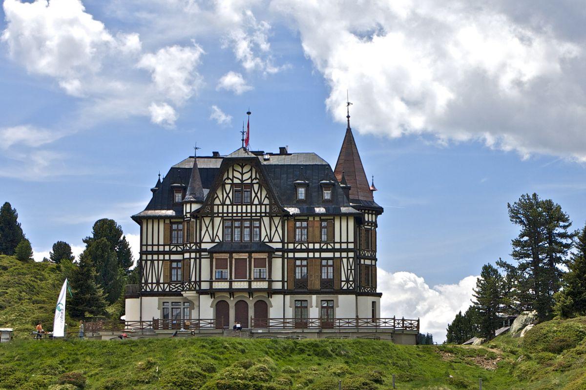 wieso auf der riederfurka eine viktorianische villa steht. Black Bedroom Furniture Sets. Home Design Ideas